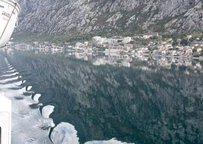 Wasser- und Lichtspiel bei der Einfahrt nach Kotor