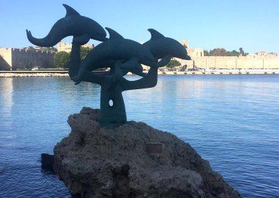 Delfin-Figur vor der Altstadt von Rhodos