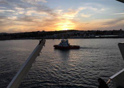Auslaufen in Rhodos bei Sonnenuntergang