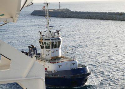 Der Schlepper ist längsseits - Anlegemanöver in Limassol